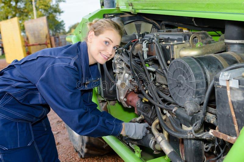 Vrouwelijke auto mechanische het bevestigen motorauto in openlucht stock fotografie