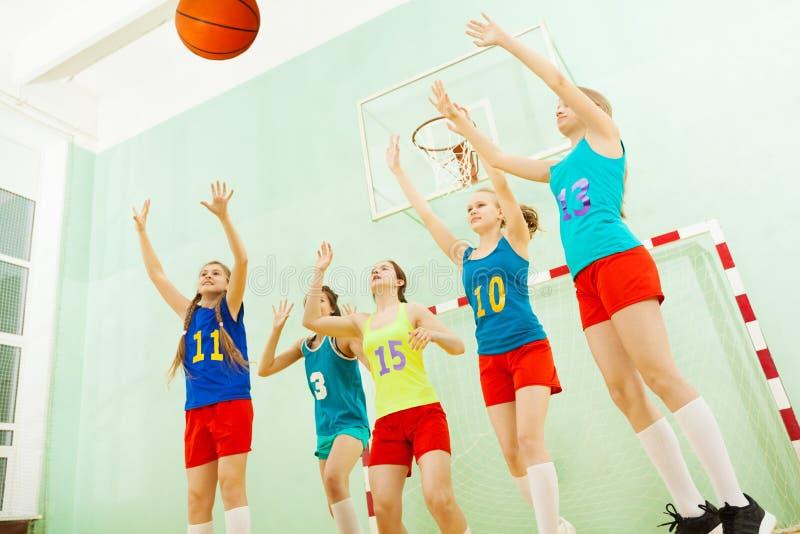 Vrouwelijke basketbalteam het verdedigen hoepel tijdens gelijke stock foto's
