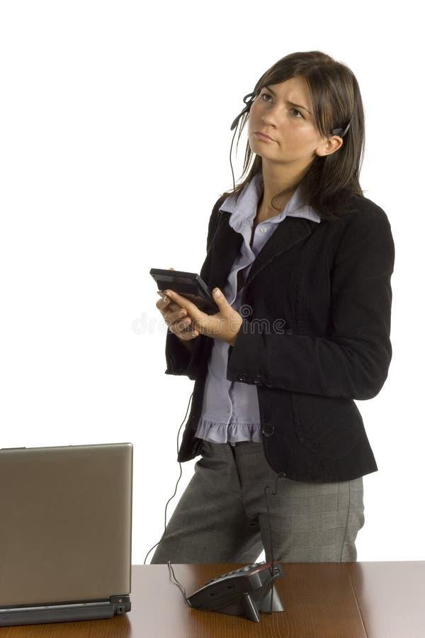Vrouwelijke beambte met calculator die - denken royalty-vrije stock foto's