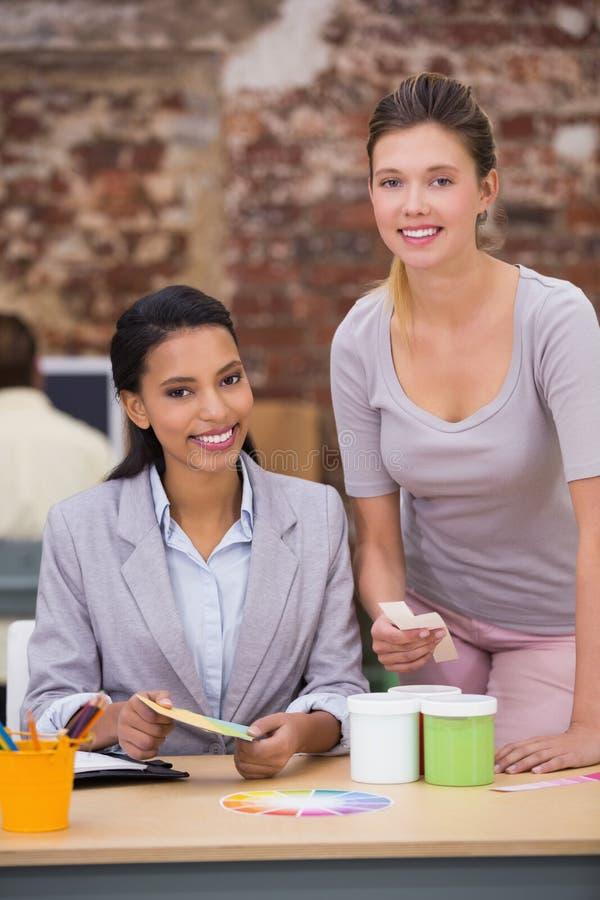 Vrouwelijke bedrijfscollega's in bureau royalty-vrije stock afbeeldingen