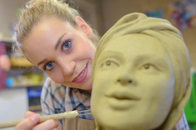 Vrouwelijke beeldhouwer in workshop stock fotografie