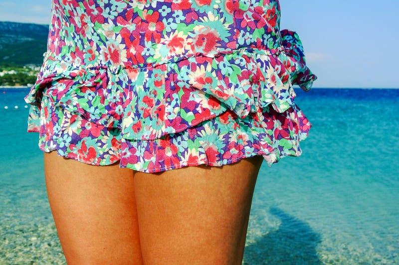 Vrouwelijke benen bij het strand stock fotografie