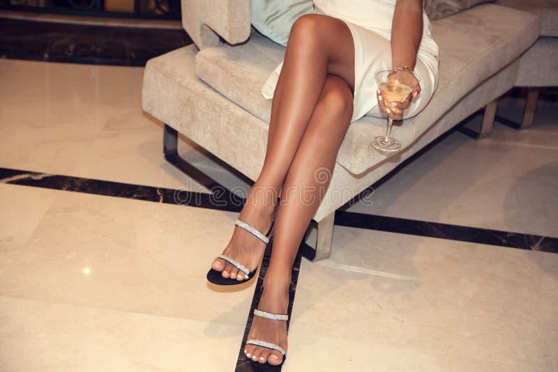 Vrouwelijke benen die hoge hielen dragen royalty-vrije stock foto's