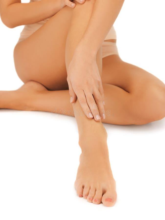Vrouwelijke benen en hand royalty-vrije stock afbeelding