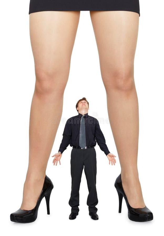 Vrouwelijke benen en verbaasde mens stock foto's