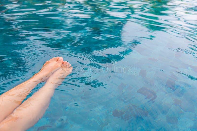 Vrouwelijke benen in het zwembad stock afbeelding