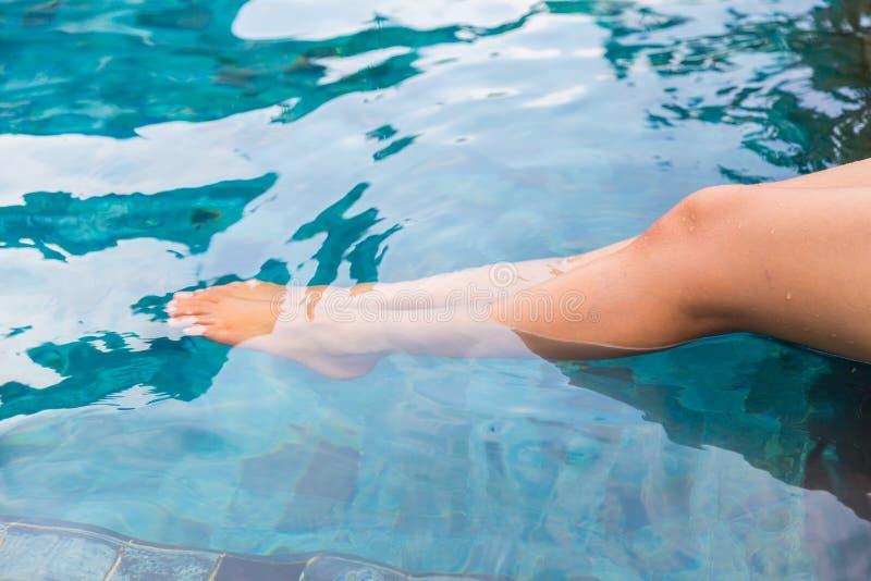 Vrouwelijke benen in het zwembad royalty-vrije stock foto's