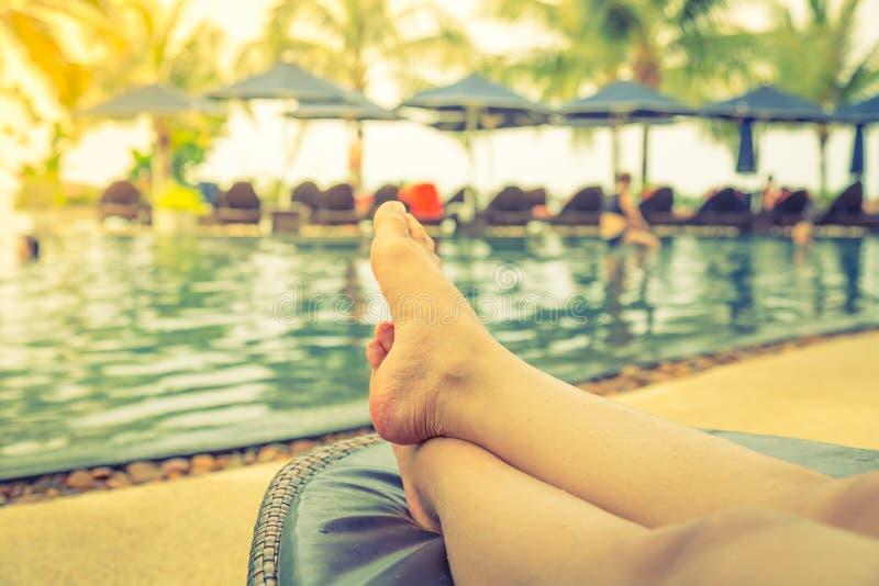 Vrouwelijke benen in het zwembad (Gefiltreerd beeldproces stock afbeelding