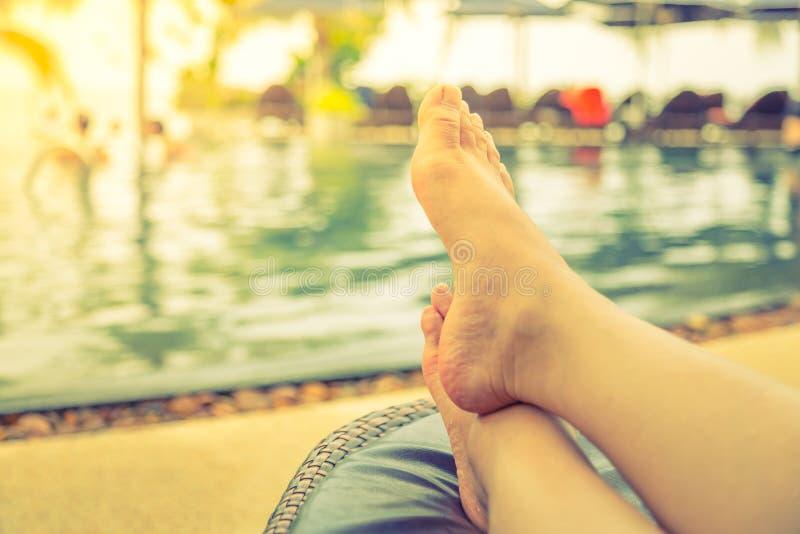 Vrouwelijke benen in het zwembad (Gefiltreerd beeldproces stock fotografie