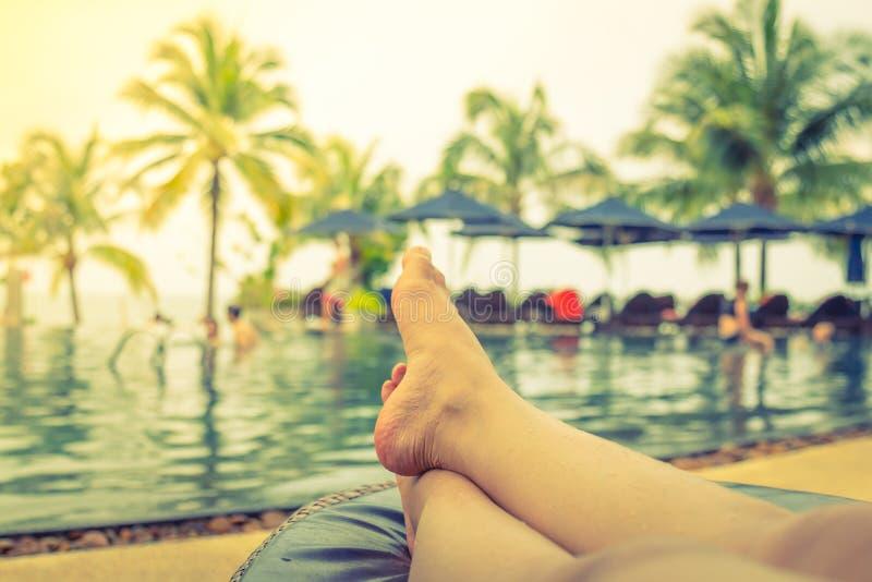 Vrouwelijke benen in het zwembad r (Gefiltreerd beeldproces royalty-vrije stock foto
