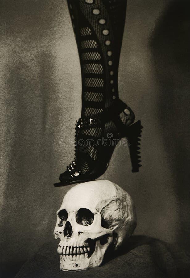 Vrouwelijke benen in high-heeled schoenen royalty-vrije stock fotografie