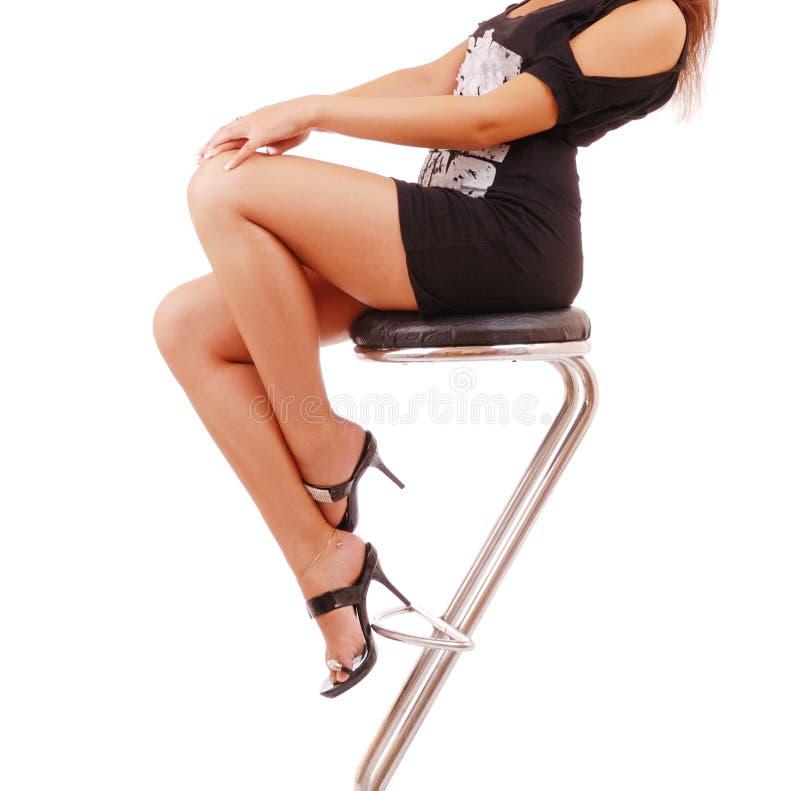 Vrouwelijke benen in klassieke schoenen op een hiel stock afbeeldingen