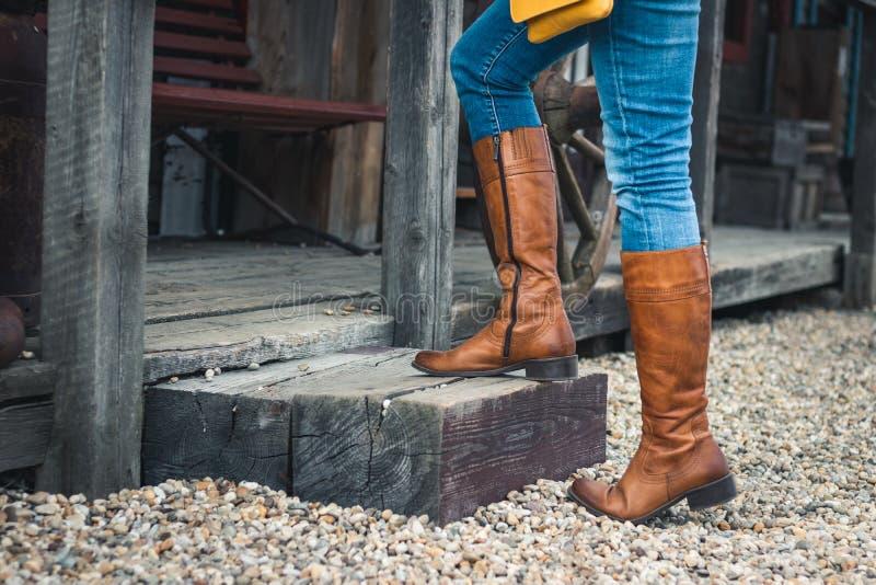 Vrouwelijke benen met leerlaarzen die op trap lopen royalty-vrije stock foto