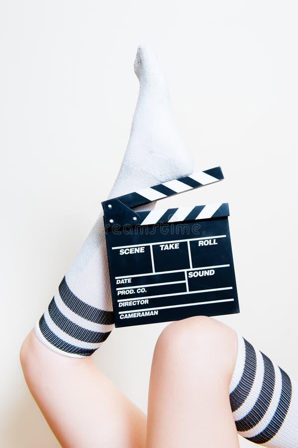 Vrouwelijke benen met sokken met filmklep stock foto's