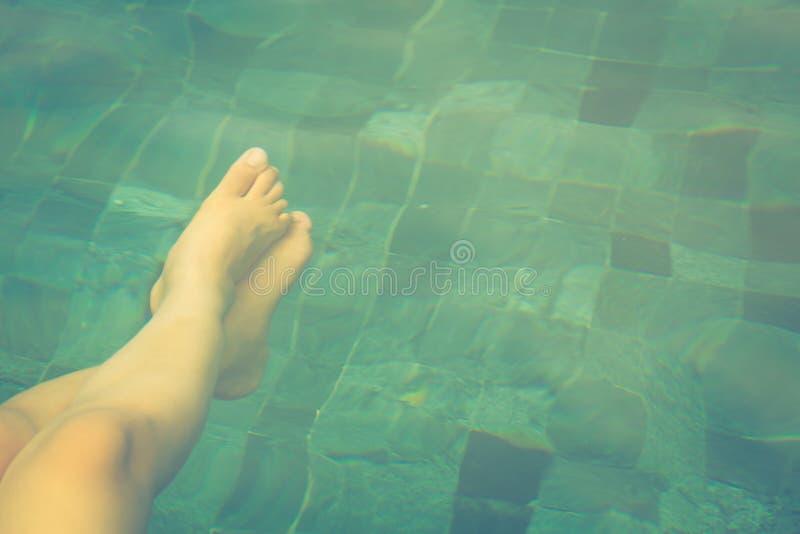 Vrouwelijke benen onder het zwembad stock foto's