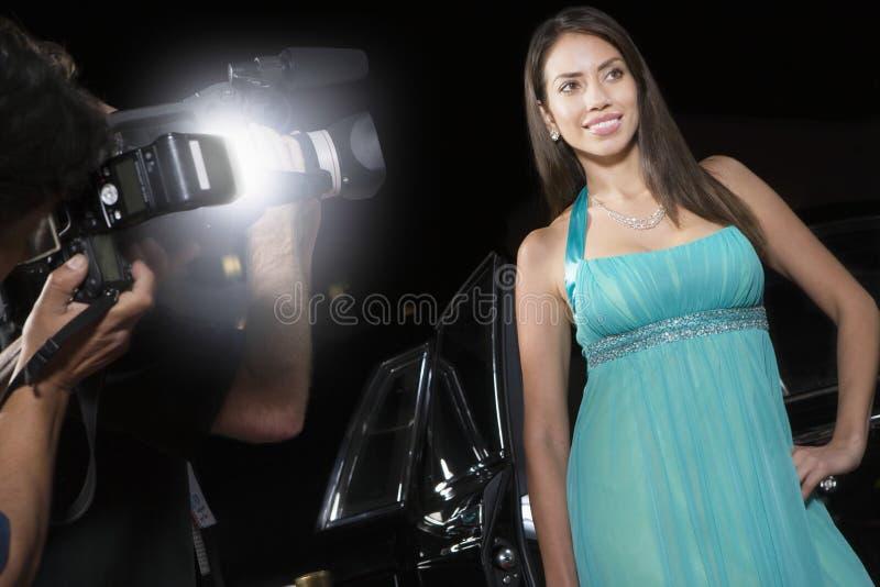 Vrouwelijke Beroemdheid die worden gefotografeerd stock foto