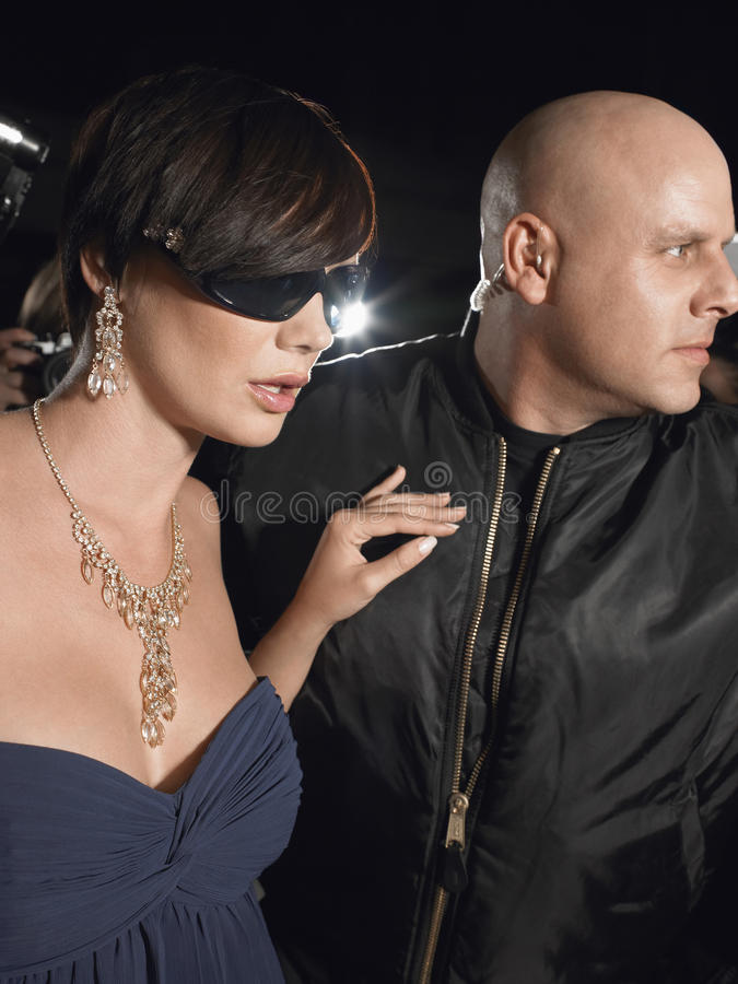Vrouwelijke Beroemdheid met Lijfwacht royalty-vrije stock foto