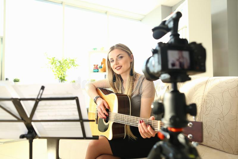 Vrouwelijke Blogger die tot Art Musical Vlog Content leiden royalty-vrije stock afbeeldingen