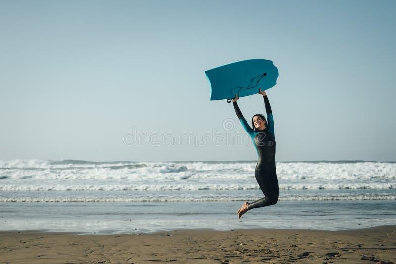 Vrouwelijke bodyboardsurfer die en pret springen hebben royalty-vrije stock foto's