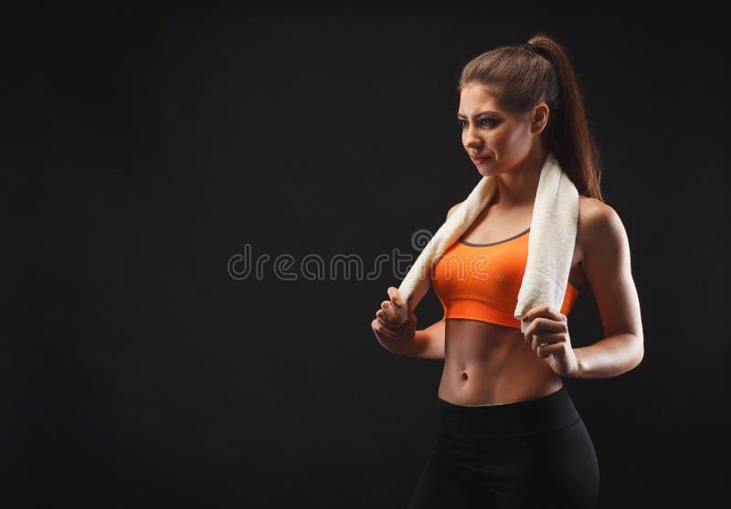 Vrouwelijke bodybuilder die rust na training hebben royalty-vrije stock afbeelding