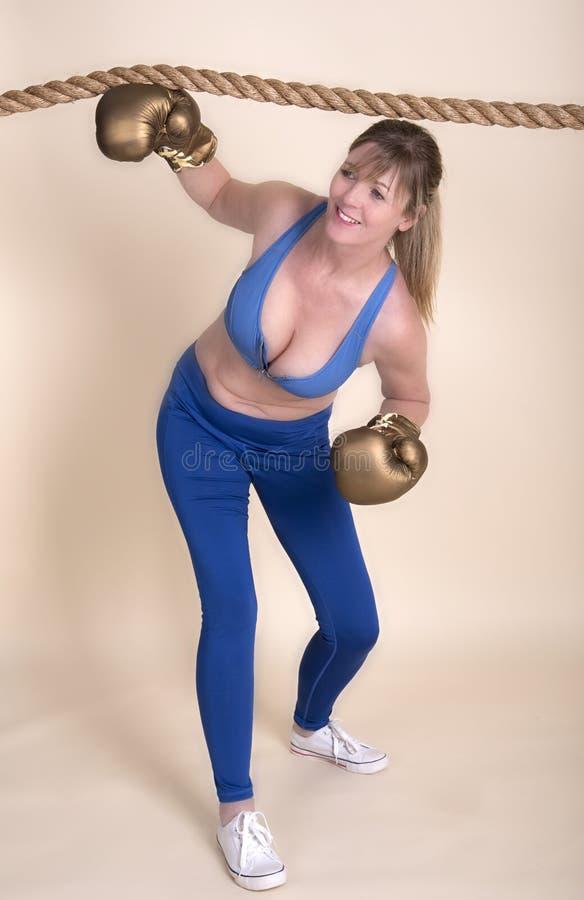 Vrouwelijke bokser die onder de kabels komen royalty-vrije stock fotografie