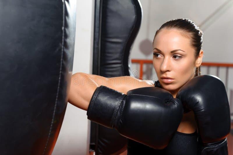 Vrouwelijke bokser met ponsenzak royalty-vrije stock foto's