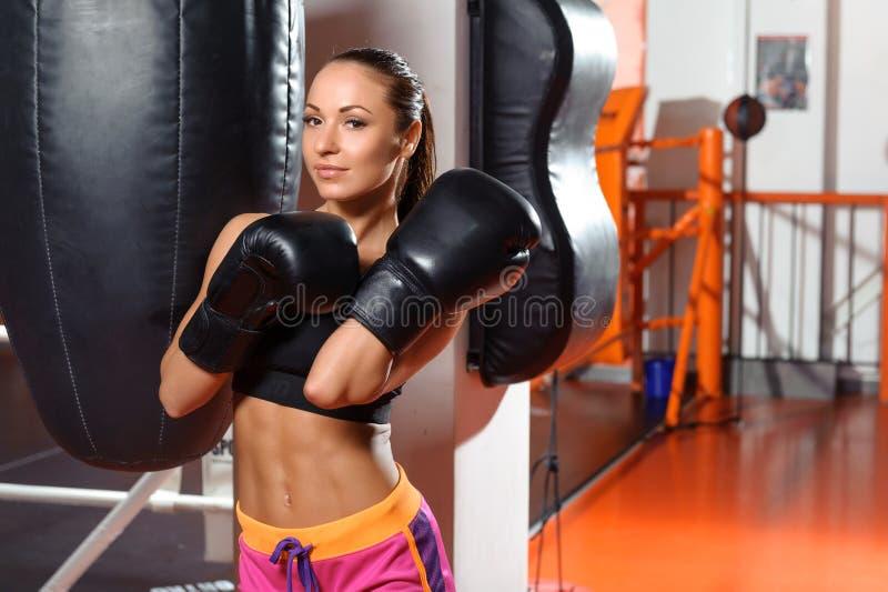 Vrouwelijke bokser met ponsenzak stock afbeelding