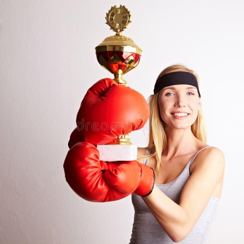Vrouwelijke bokser met trofee royalty-vrije stock afbeelding