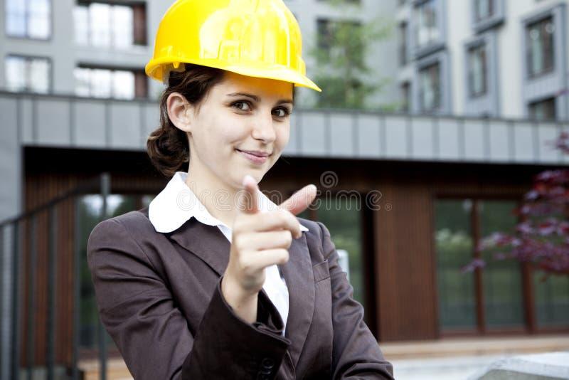 Vrouwelijke bouwingenieur die op u richt stock foto