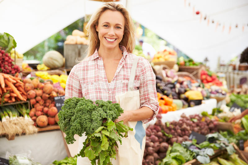 Vrouwelijke Boxhouder bij Markt van het Landbouwers de Verse Voedsel royalty-vrije stock foto's