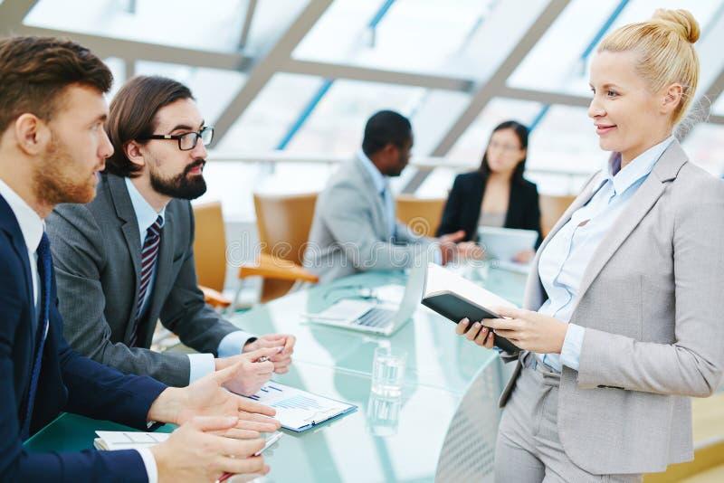 Vrouwelijke CEO op vergadering stock afbeelding