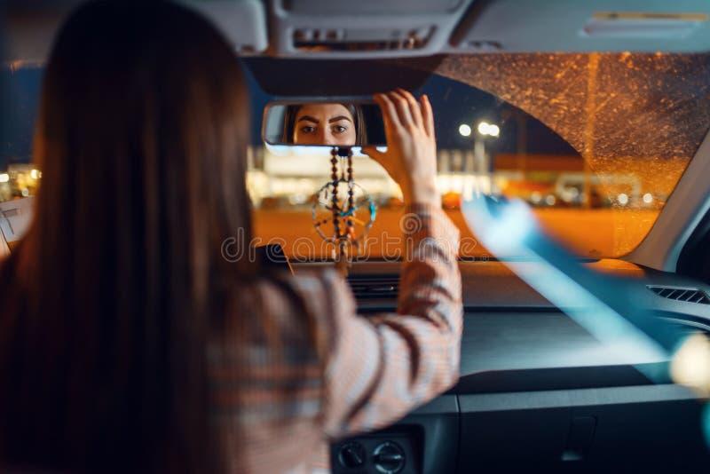 Vrouwelijke chauffeur 's nachts, gevaar voor inbraak van auto's royalty-vrije stock fotografie
