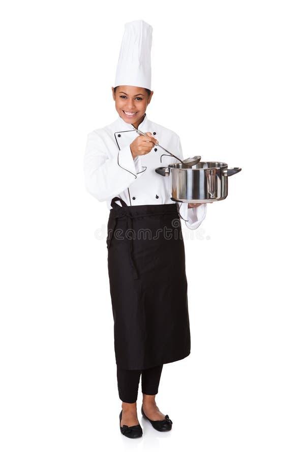 Vrouwelijke Chef-kok With Cooking Pot ter beschikking royalty-vrije stock fotografie