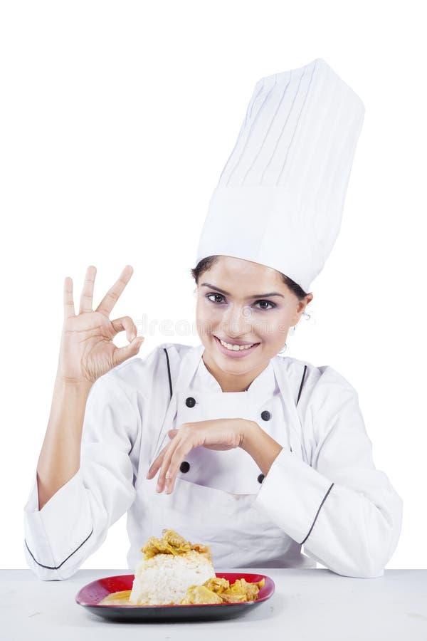 Vrouwelijke chef-kok en o.k. teken met voedsel stock foto's