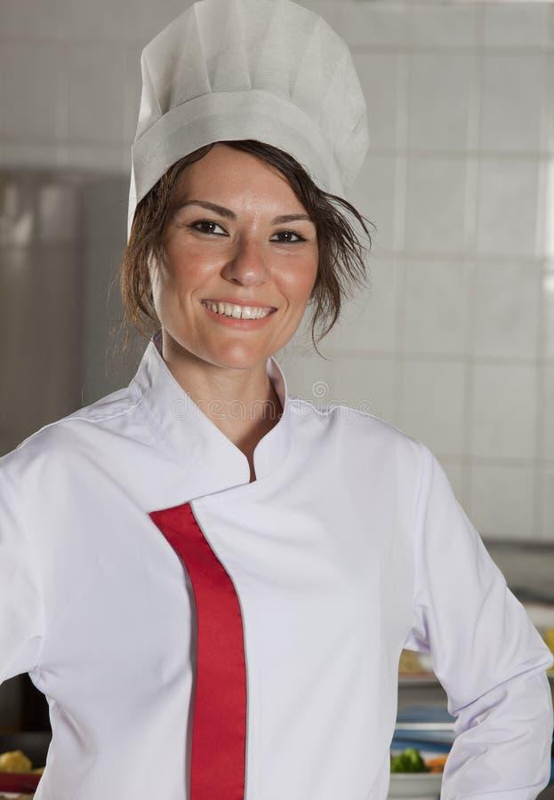 Vrouwelijke chef-kok in keuken stock foto