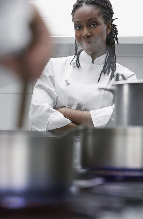 Vrouwelijke Chef-kok In Kitchen stock foto's