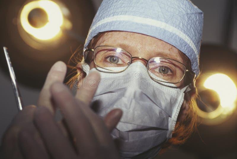 Vrouwelijke chirurg in masker stock foto
