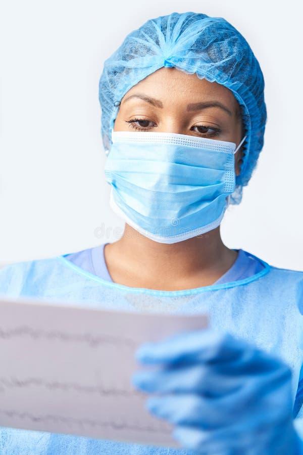 Vrouwelijke chirurg met een eigen doel en masker met medische afdruk stock fotografie