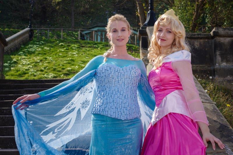 Vrouwelijke cosplayers als Disney-Prinsessen royalty-vrije stock fotografie