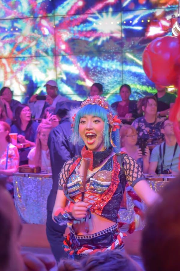 Vrouwelijke danser die omhoog de menigte in Robotrestaurant toejuichen royalty-vrije stock afbeeldingen