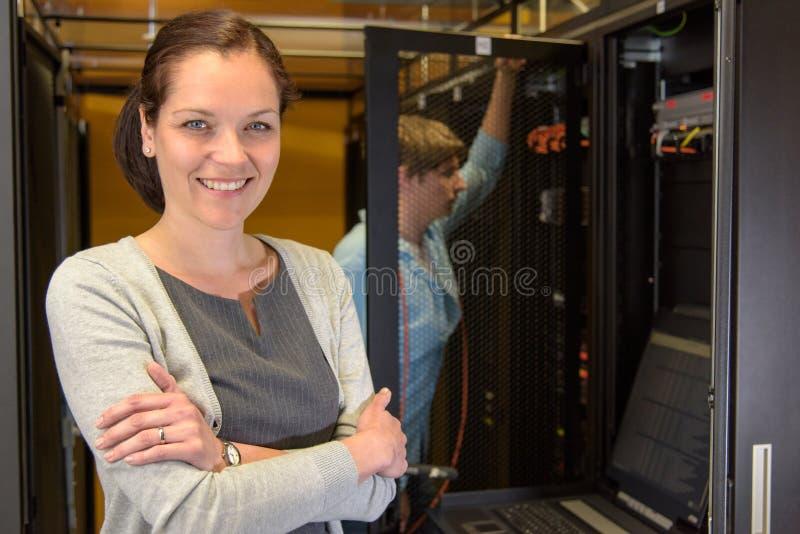Vrouwelijke datacentermanager royalty-vrije stock afbeelding