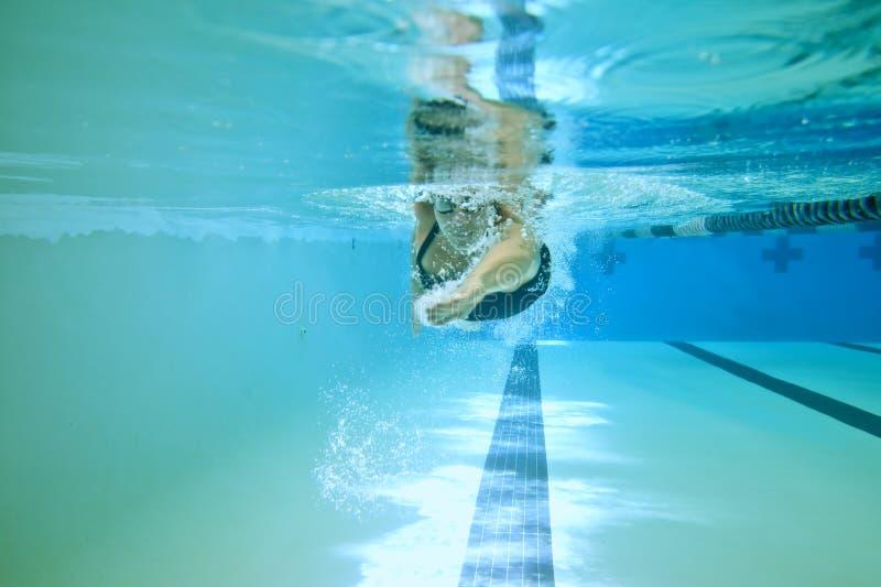 Vrouwelijke de concurrentiezwemmer royalty-vrije stock afbeelding