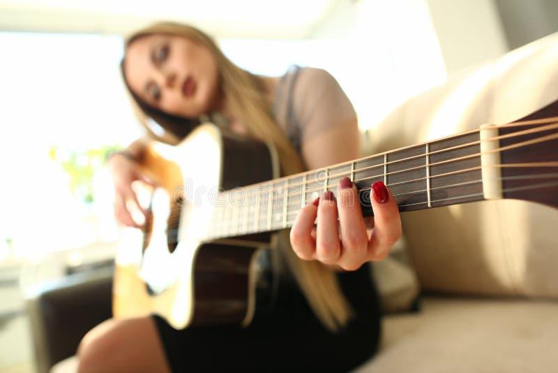 Vrouwelijke de Gitaristprestaties van het muziek Creatieve Idee stock afbeeldingen