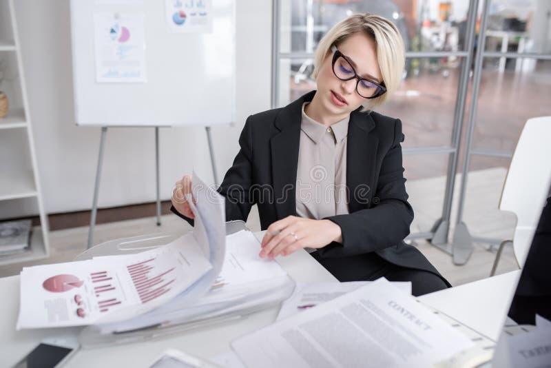 Vrouwelijke Deskundige inzake marketing in Bureau royalty-vrije stock afbeeldingen