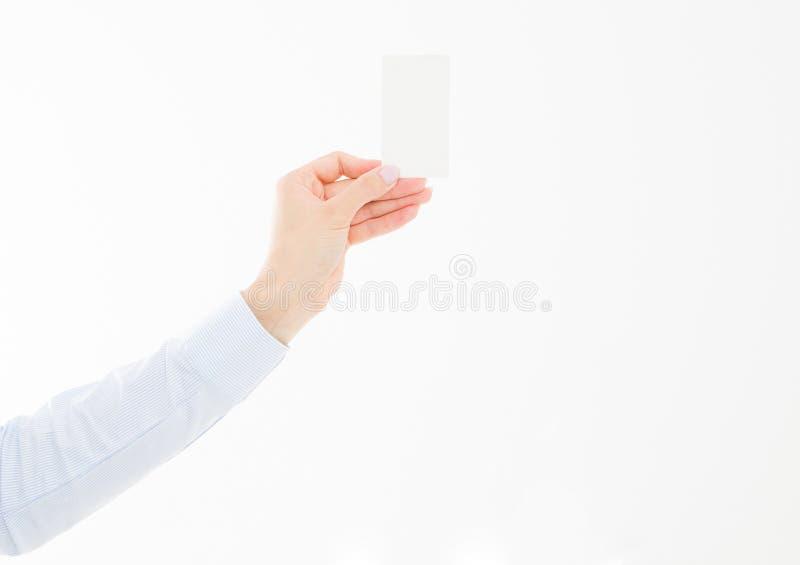 Vrouwelijke die handholding businesscard op witte achtergrond wordt geïsoleerd royalty-vrije stock afbeeldingen