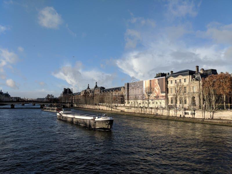 Vrouwelijke die Objectification op het Louvre wordt bevorderd royalty-vrije stock afbeeldingen