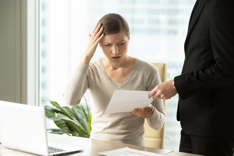 Vrouwelijke die werknemer wegens vuren van baan wordt geschokt royalty-vrije stock foto