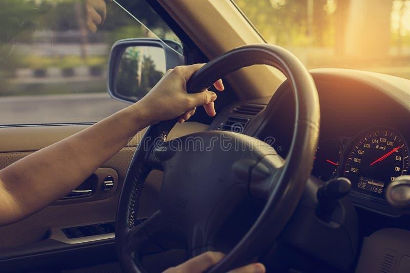 Vrouwelijke drijfauto op de weg met zonlicht uitstekende filter royalty-vrije stock fotografie
