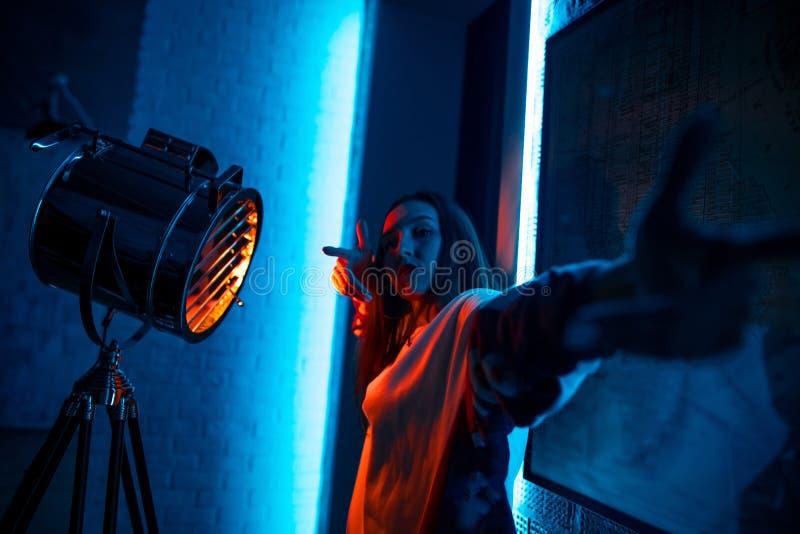 Vrouwelijke emotionele rapper hangt uit bij nachtclub stock foto's