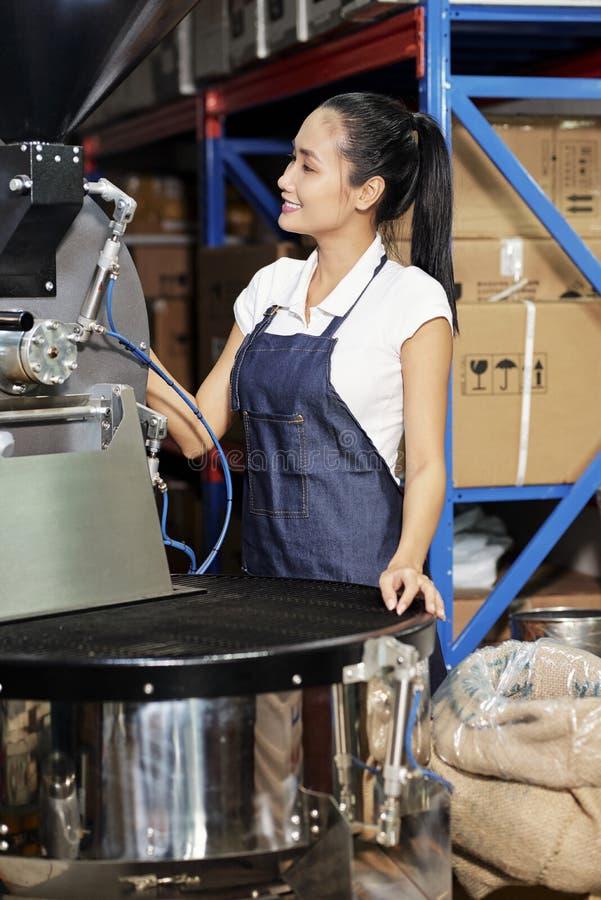 Vrouwelijke exploitant op koffiefabriek royalty-vrije stock foto's